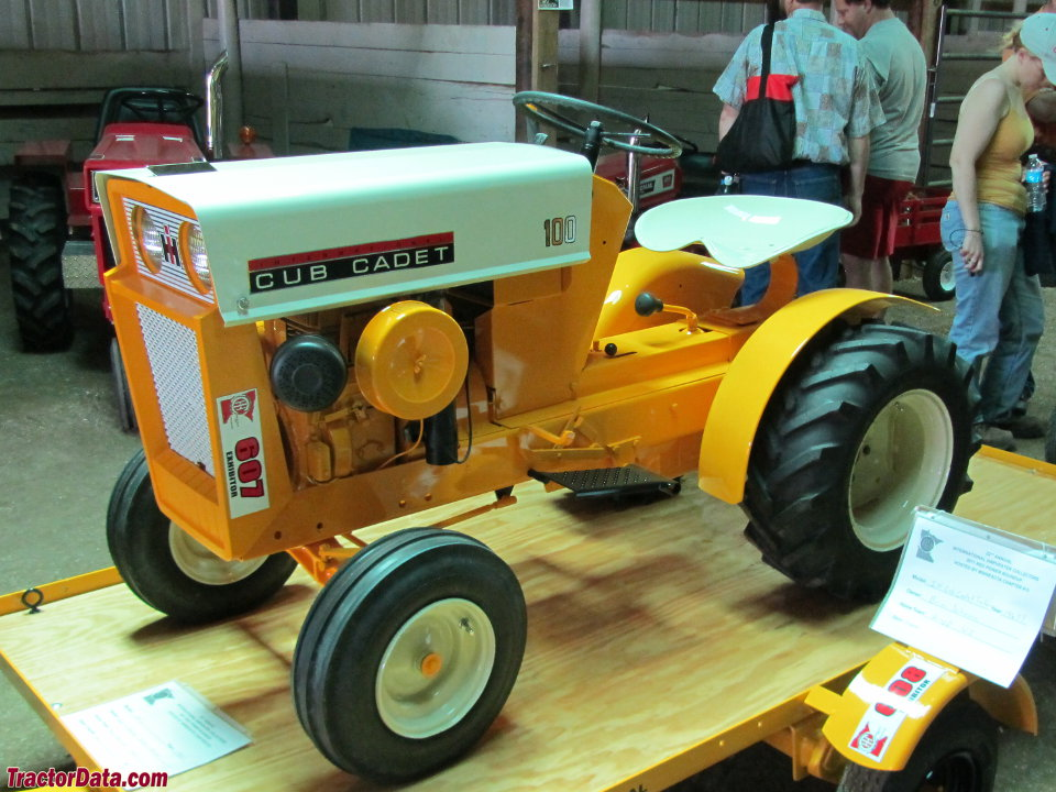 Cub Cadet 100, front-left view