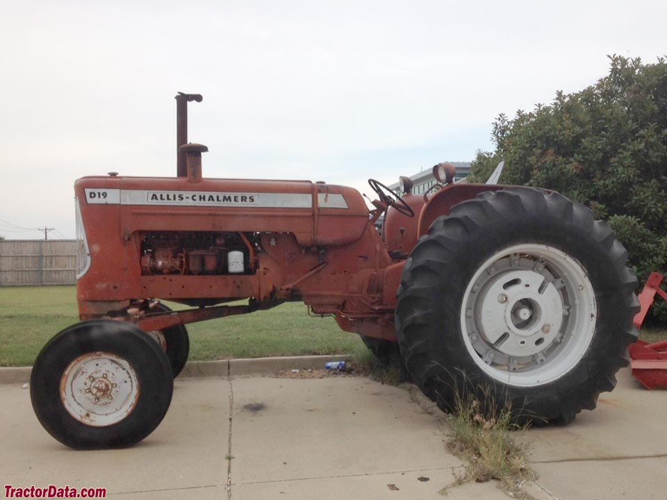 Allis-Chalmers D19, left side.