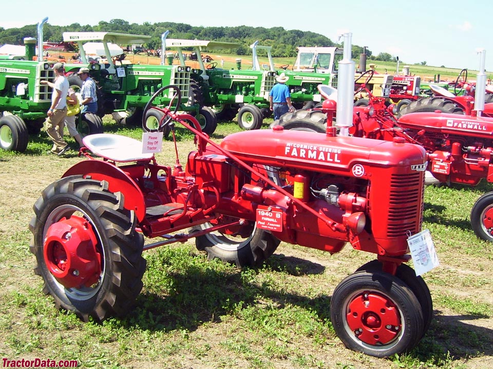 Farmall B, front-right view.
