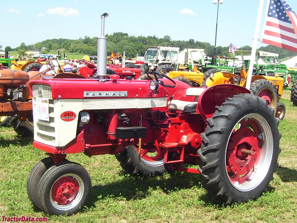 Farmall 240, front-left view