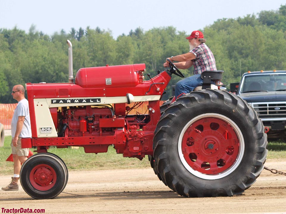 Farmall 806 with LP-gas engine.