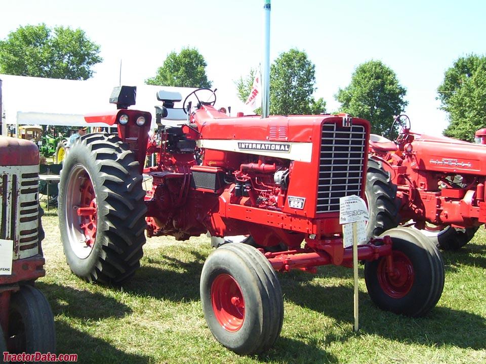Farmall 856, front-right view.