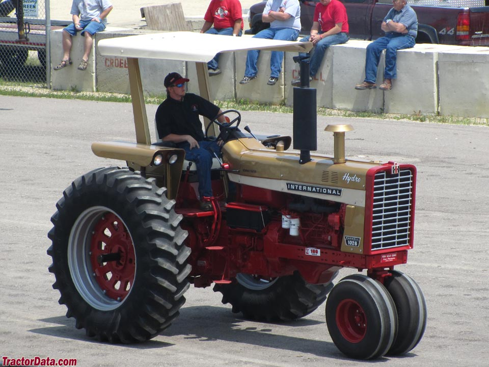 Tricycle front Farmall 1026 Gold Demonstrator.