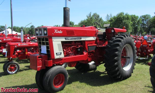Farmall 1066, right-front view