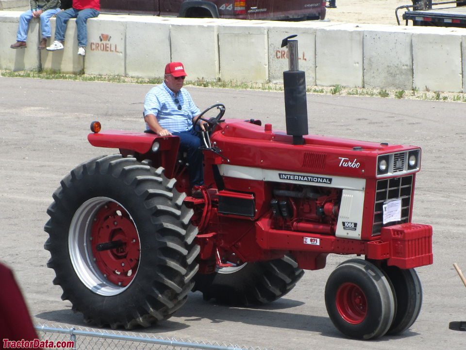 Farmall 1066, left view