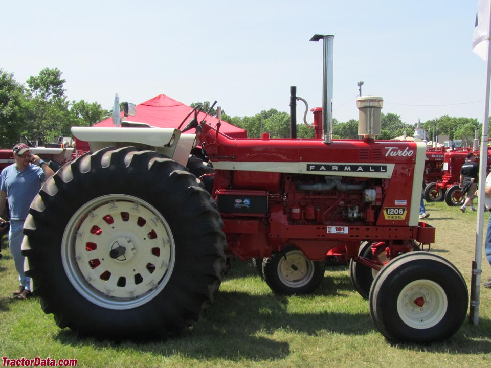 Farmall 1206, right profile