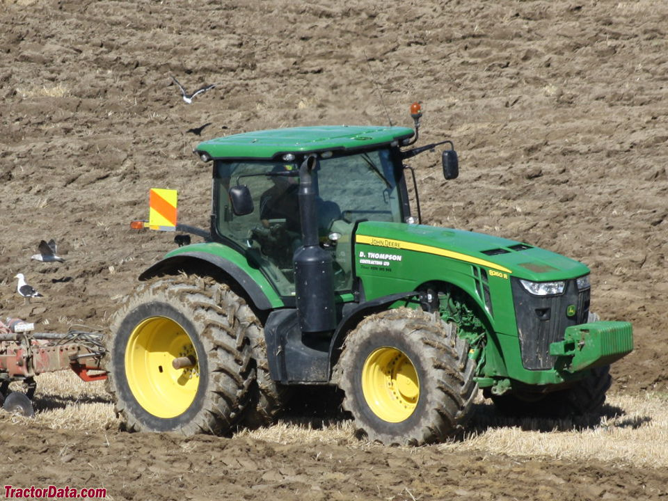 John Deere 8260R, right side.