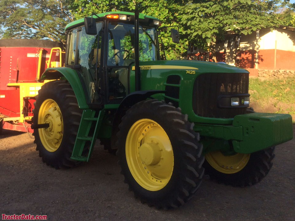 John Deere 7425, right-front view.