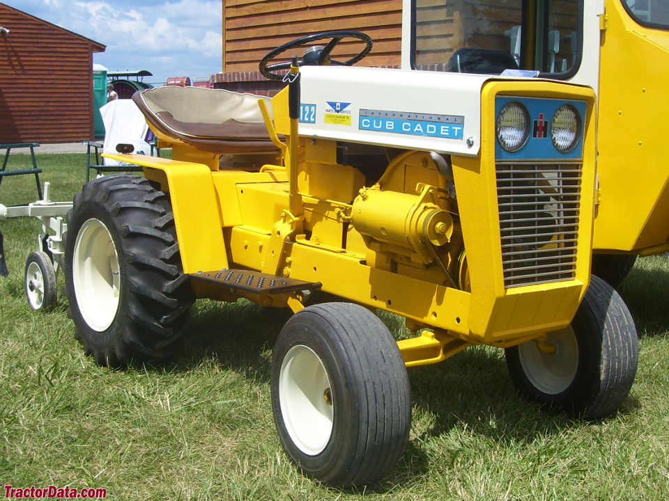 Cub Cadet 122, front-right view