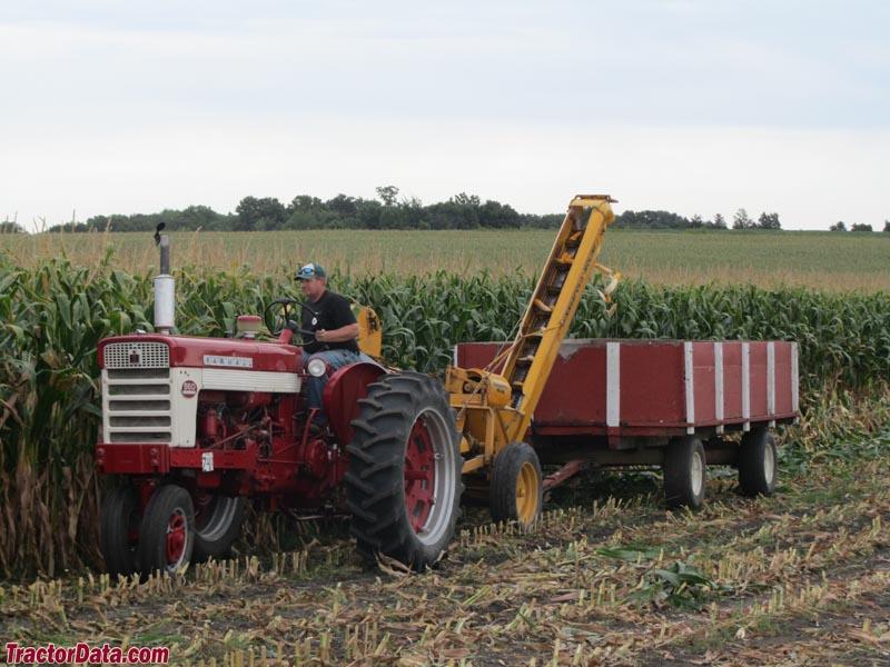 Cartoon Tractor Corn Picker : Tractordata le sueur pioneer power show
