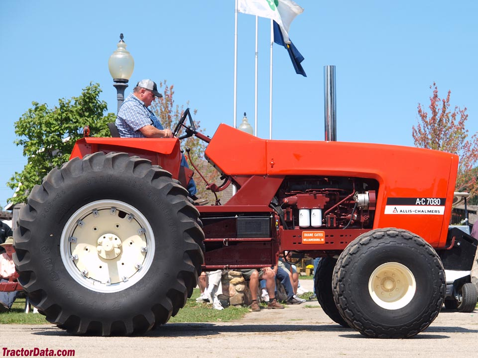 Open station Allis-Chalmers 7030.