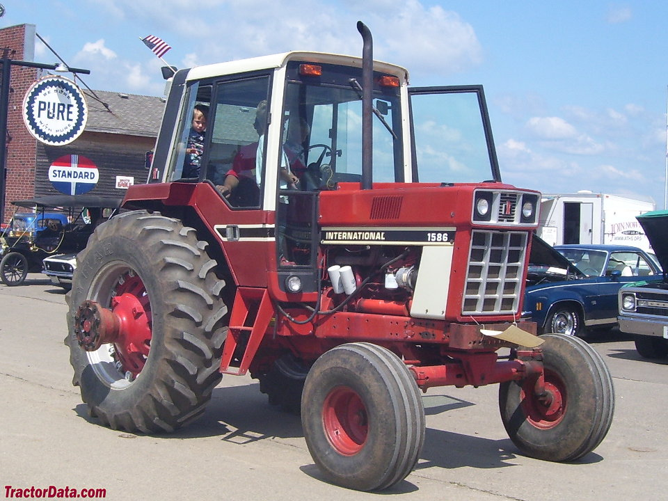International Harvester 1586