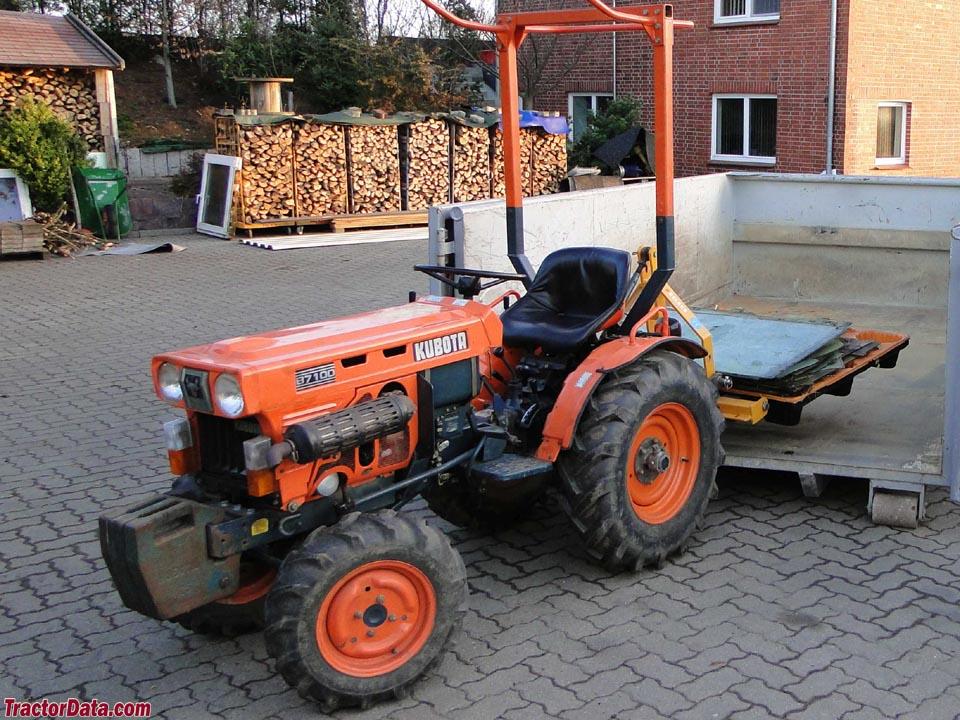 1982 Kubota model B7100D tractor.