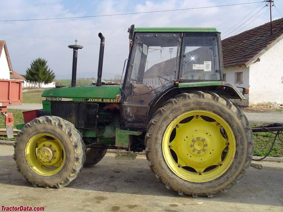 Four-wheel drive John Deere 2850.
